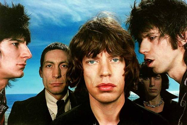 rolling_stones_mick_jagger_keith_richards_bill_wyman_charlie_watts_ron_ronnie_wood_fashion_photographer_hiro_black_and_blue_album_cover_1976_900_600