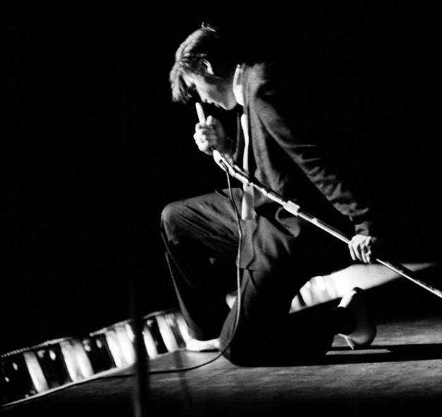 elvis_presley_kneeling_at_the_mosque_alfred_wertheimer_1956