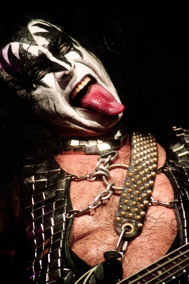 gene_simmons_tongue_kiss_xavi_mercade_live_directo