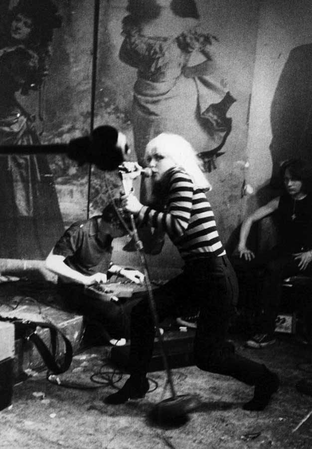 godlis_debbie_harry_blondie_live_cbgb_new_york_1977