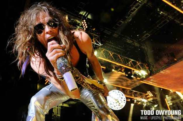 todd_owyoung_aerosmith_steven_tyler_sings_micro_2009