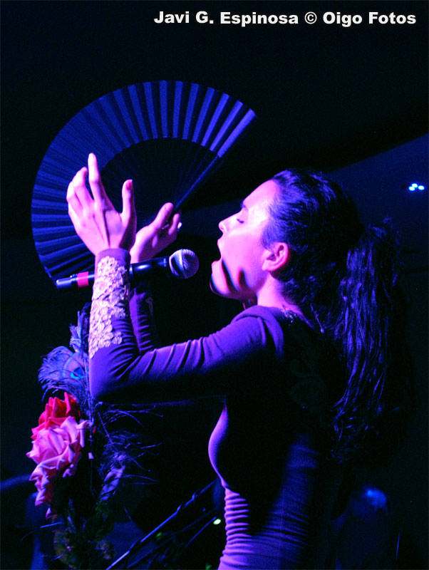 fuel_fandango_nita_live_directo_abanico_flores_rosas